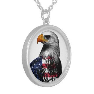 Colar Banhado A Prata A águia americana americana drapejou na bandeira