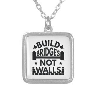 Colar Banhado A Prata A construção constrói uma ponte sobre não paredes