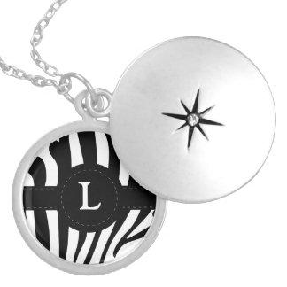 Colar Banhado A Prata A zebra listra o monograma L inicial costume