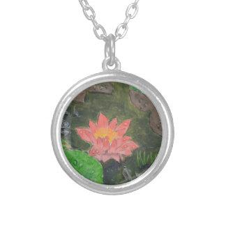 Colar Banhado A Prata Acrílico em canvas, flor cor-de-rosa do lírio de