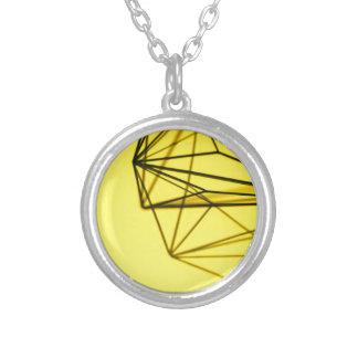 Colar Banhado A Prata Amarelo e design geométrico do metal