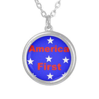 """Colar Banhado A Prata """"América vermelha, branca, e azul primeiramente"""""""