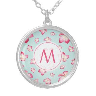 Colar Banhado A Prata Aqua cor-de-rosa do monograma do Frangipani