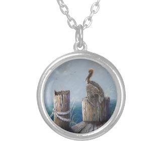 Colar Banhado A Prata Arte acrílica do oceano do pelicano de Brown da