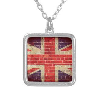 Colar Banhado A Prata Bandeira BRITÂNICA do vintage em uma parede de
