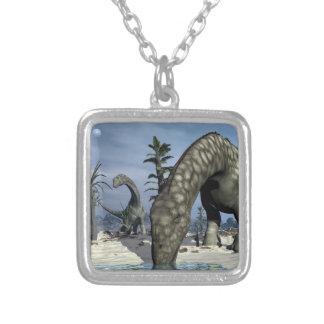 Colar Banhado A Prata Bebendo do dinossauro do Argentinosaurus