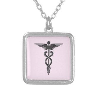 Colar Banhado A Prata Caduceus médico no rosa