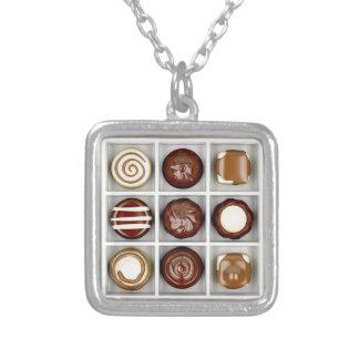 Colar Banhado A Prata Caixa com doces de chocolate