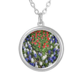 Colar Banhado A Prata Campo de flores com as tulipas azuis e os jacintos