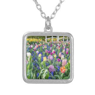 Colar Banhado A Prata Campo de flores com jacintos e ponte das tulipas