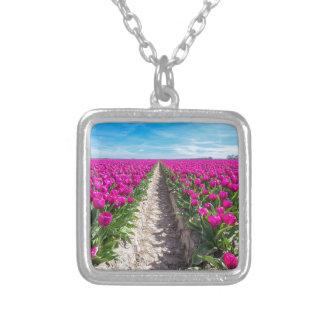 Colar Banhado A Prata Campo de flores com tulipas e o trajeto roxos