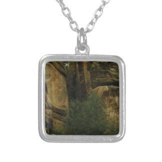 Colar Banhado A Prata cara amarela da rocha com árvores
