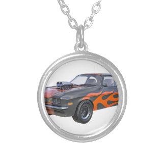 Colar Banhado A Prata carro do músculo dos anos 70 com chama alaranjada