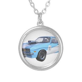 Colar Banhado A Prata carro do músculo dos anos 70 em azul e em branco