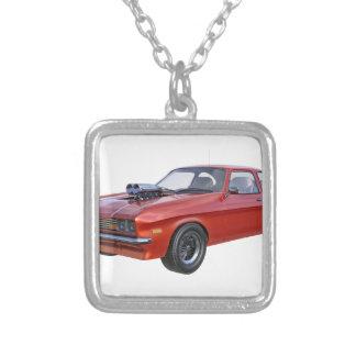 Colar Banhado A Prata carro do músculo dos anos 70 no vermelho