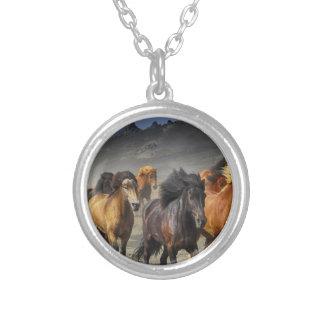 Colar Banhado A Prata Cavalos selvagens