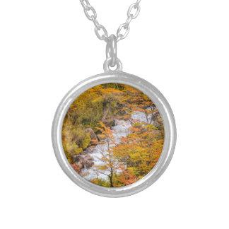 Colar Banhado A Prata Cena colorida da paisagem da floresta, Patagonia
