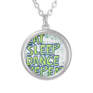 Colar Banhado A Prata coma a repetição da dança do sono