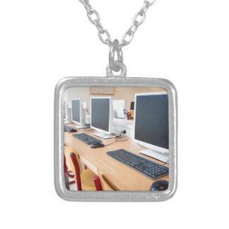 Colar Banhado A Prata Computadores na sala de aula no segundo grau