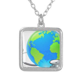 Colar Banhado A Prata Conceito da saúde do globo do mundo da terra do
