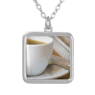 Colar Banhado A Prata Copo pequeno do café em uns pires com açúcar