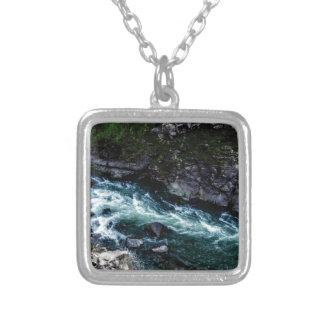Colar Banhado A Prata córrego de águas esmeraldas