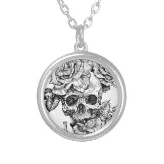 Colar Banhado A Prata Crânio humano e desenho de tinta preta dos rosas