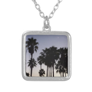 Colar Banhado A Prata Crepúsculo com cena tropical das palmeiras