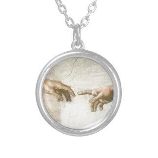 Colar Banhado A Prata Criação das mãos de Adam - Michelangelo