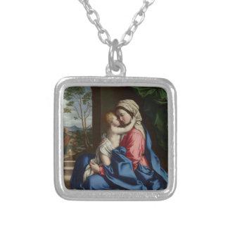 Colar Banhado A Prata Criança do cristo que abraça sua mãe