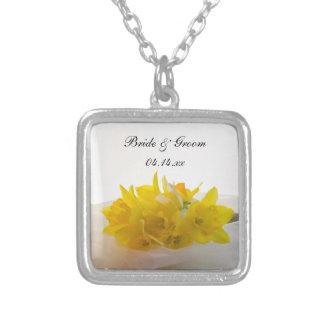 Colar Banhado A Prata Daffodils amarelos no casamento branco do