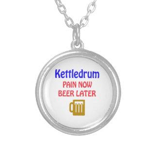 Colar Banhado A Prata De Kettledrum da dor cerveja agora mais tarde