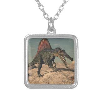 Colar Banhado A Prata Dinossauro de Spinosaurus que caça um cobra