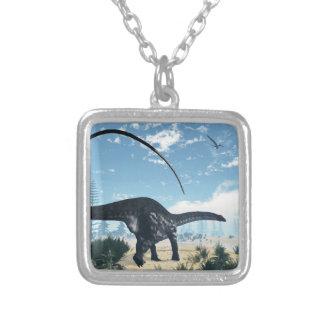 Colar Banhado A Prata Dinossauro do Apatosaurus no deserto - 3D rendem