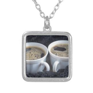 Colar Banhado A Prata Dois copos brancos com café preto e espuma