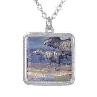 Colar Banhado A Prata Dois dinossauros do tiranossauro