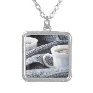 Colar Banhado A Prata Duas chávenas de café brancas envolvidas no lenço
