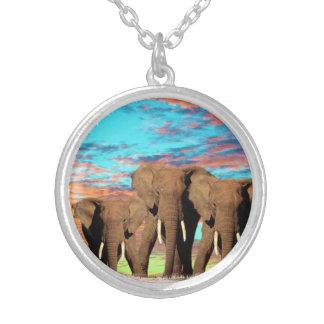 Colar Banhado A Prata Elefantes em uma manhã do nascer do sol do Opal,