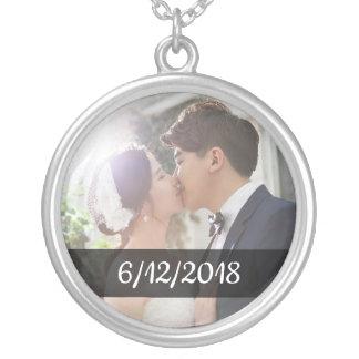 Colar Banhado A Prata Encanto da foto e da data do casamento do casal