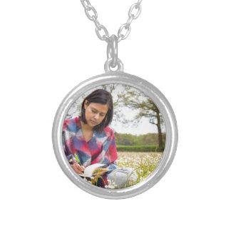 Colar Banhado A Prata Escrita da mulher no prado com flores do primavera