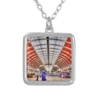 Colar Banhado A Prata Estação Londres de Paddington