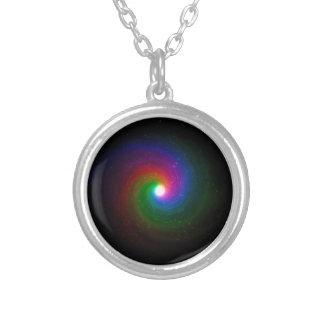 Colar Banhado A Prata Estrelas coloridas que rodam para um centro