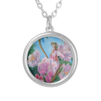 Colar Banhado A Prata Fada entre as flores de cerejeira