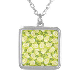 Colar Banhado A Prata Fatias e folhas amarelas do limão do verão no