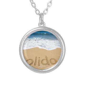 Colar Banhado A Prata Feriado da palavra escrito na areia na praia