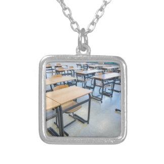 Colar Banhado A Prata Fileiras das mesas e das cadeiras na sala de aula