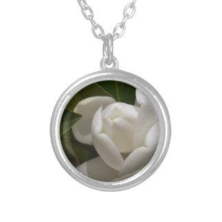 Colar Banhado A Prata flor em botão branca de magnólia do sul