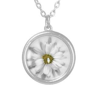 Colar Banhado A Prata flor nas máscaras do branco