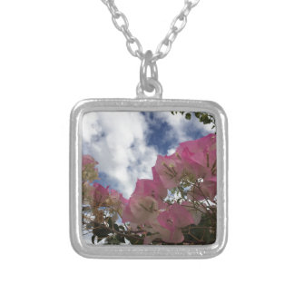 Colar Banhado A Prata flores cor-de-rosa contra um céu azul