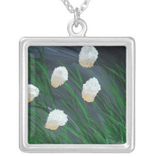 Colar Banhado A Prata Flores em uma tempestade